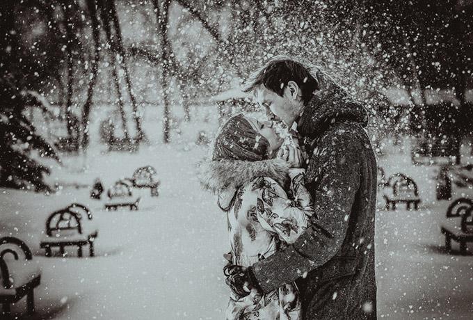 Мужчина обнимает девушку