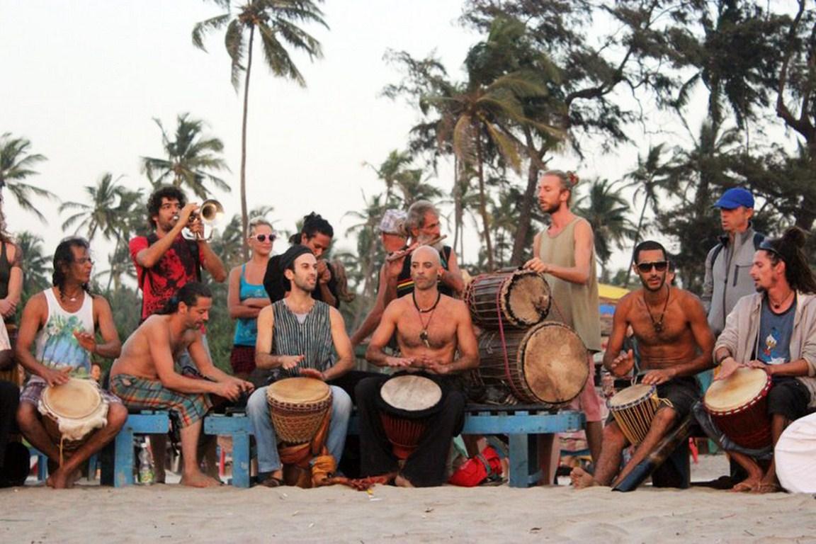 Plyaghnye-muzykanty-na-Goa