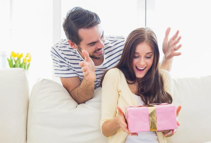 Почему мужчины одним женщинам дарят подарки, а другим — НЕТ