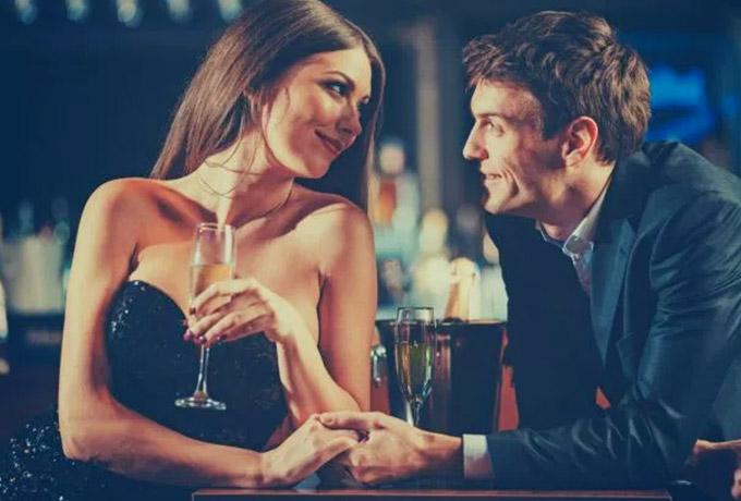 Пары, которые пьют вместе, счастливее остальных