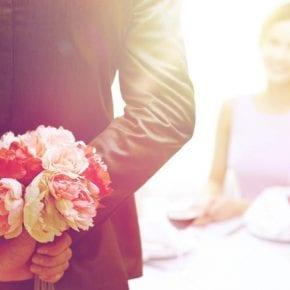 Маленькие жесты, которые заставляют мужчину представить вас своей женой