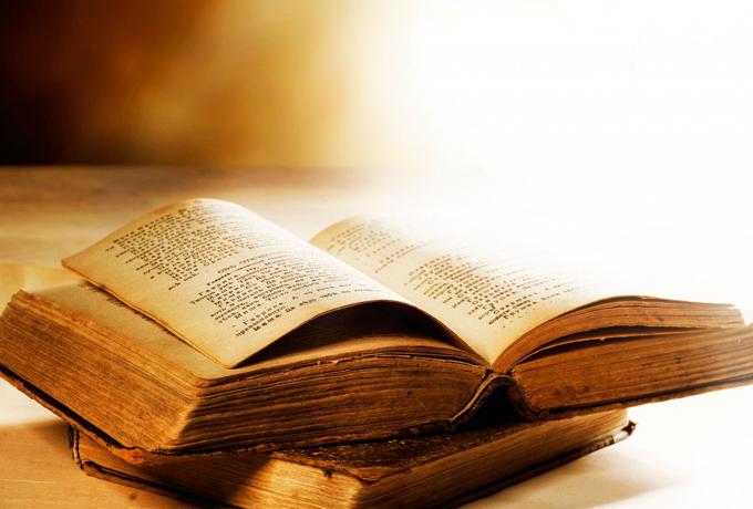 Задайте вопрос большой книге предсказаний и откройте на случайной странице…