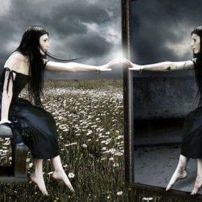 Почему категорически нельзя спать напротив зеркала? Чем чревато зеркало в спальне?