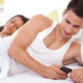 Он, скорее всего, изменяет тебе, если у него на телефоне установлены эти приложения