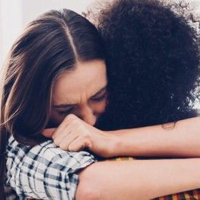 5 заботливых способов поддержать того, кто вырвался из токсичных личных отношений