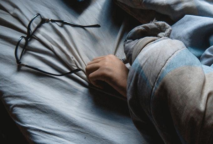 Признаки того, что недостаток сна потихоньку вас убивает (и как это предотвратить)