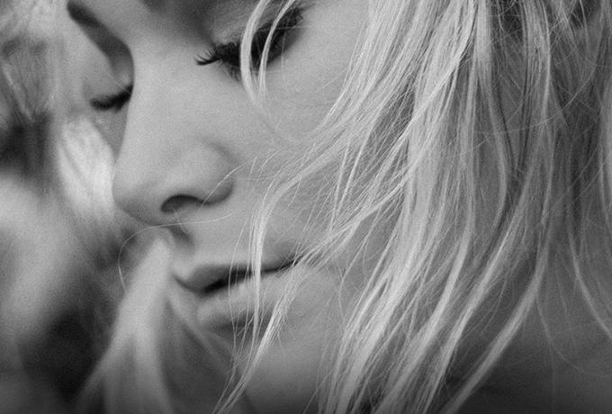 Грустно, что два человека, которые любили друг друга, могут так легко стать чужими