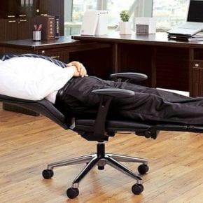 Это офисное кресло позволит вам удобно поспать на работе