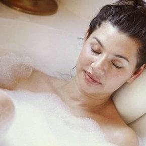 Расслабляясь в горячей ванной, вы сжигаете почти столько же калорий, как за 30-минутную прогулку