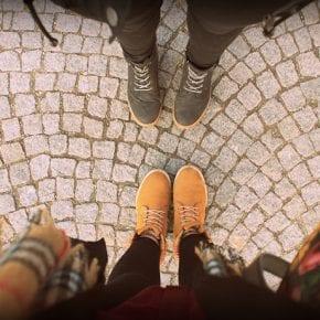 Гарвардский психолог утверждает, что при знакомстве люди оценивают друг друга по двум критериям