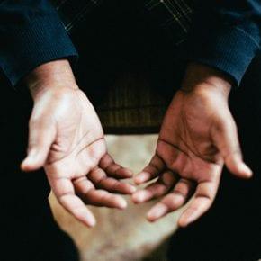 Если хотите разоблачить лжеца – не смотрите ему в глаза, а обратите внимание на руки