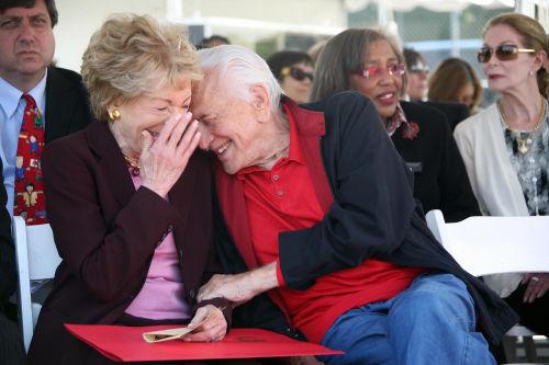 «Я перестал говорить о себе и стал слушать её»: Кирк Дуглас рассказал, как ухаживал за женой 65 лет